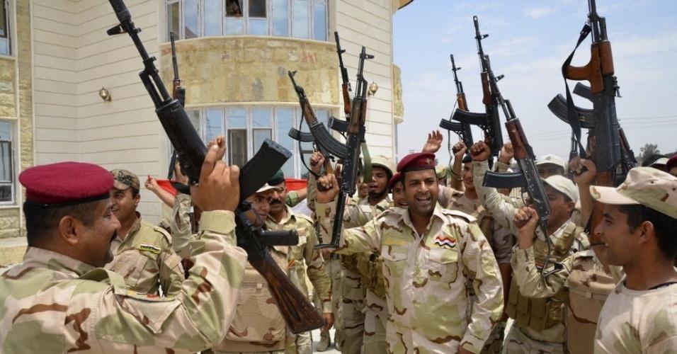 22.jul.2014 - Soldados iraquianos entoar hinos durante a implantação de segurança intensiva em Samarra, ao norte de Bagdá