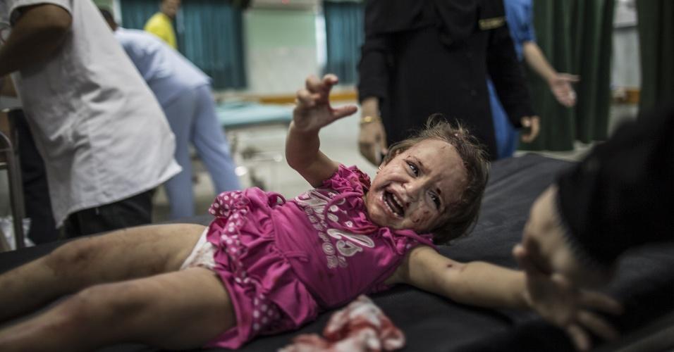 22.jul.2014 - Uma criança palestina grita de dor no hospital Kamal Adwan, em Beit Lahia, no norte da faixa de Gaza, nesta terça-feira (22), depois de ser atingida por estilhaços durante ataque militar israelense perto de sua casa