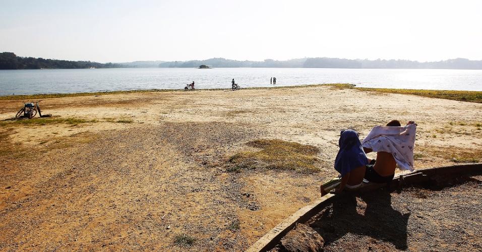 23.jul.2014 - Com a falta de chuva, o nível da represa Guarapiranga, que fica no sul da região metropolitana de São Paulo, está diminuindo drasticamente. Na praia do Sol, crianças brincam e andam de bicicleta onde antes a água batia na cintura