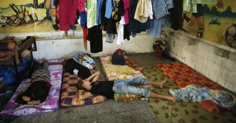 23.jul.2014 - Crianças palestinas, que fugiram de suas casas durante uma ofensiva terrestre israelense, dormem em uma escola das Nações Unidas na faixa de Gaza, nesta quarta-feira (23). Um total de 121 crianças palestinas, 80 delas de menos de 12 anos, morreram desde que Israel começou, há 15 dias, a ofensiva militar contra o território palestino de Gaza, confirmou a Unicef, o organismo das Nações Unidas para a proteção da infância