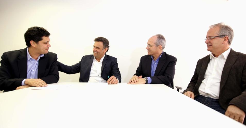 23.jul.2014 - O candidato do PSDB à Presidência da República, Aécio Neves (PSDB), reuniu-se em São Paulo com o coordenador de sua campanha no Espírito Santo, senador Ricardo Ferraço (esq.), o candidato a governador no Estado, Paulo Hartung (segundo da dir. para a esq.), e seu vice, Cesar Colnago (primeiro à dir.)