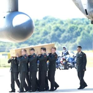 23.jul.2014 - Os dois aviões que transportam os primeiros restos mortais das vítimas do voo da Malaysia Airlines MH17 chegaram no aeroporto de Eindhoven, no sul da Holanda