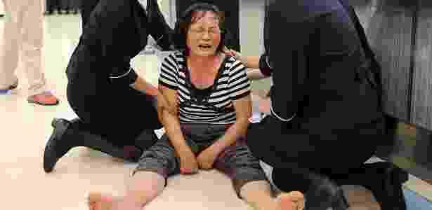 Parente de passageiro a bordo do voo GE222 chora em aeroporto de Taiwan - Reuters