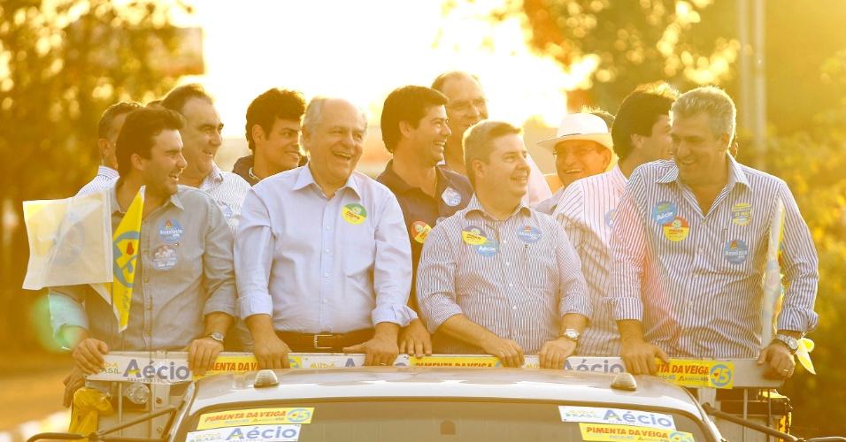 23.jul.2014 - Pimenta da Veiga, candidato do PSDB ao governo de Minas Gerais, e Antônio Anastasia, candidato tucano ao Senado, participam de carreata na cidade de Frutal (MG)