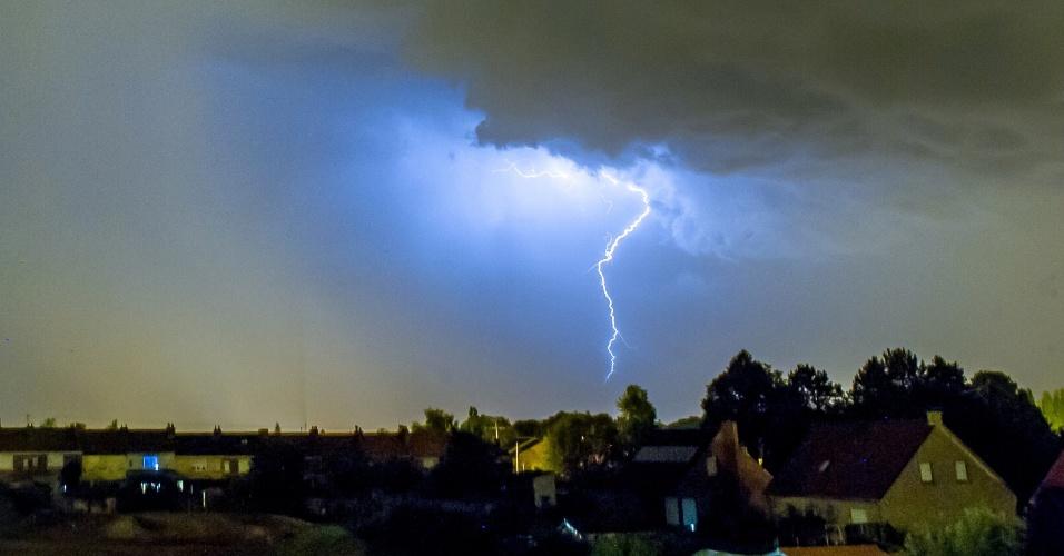 18.jul.2014 - Um trovão ilumina o céu sobre a cidade de Godewaersvelde, no norte da França, no dia 18 de julho