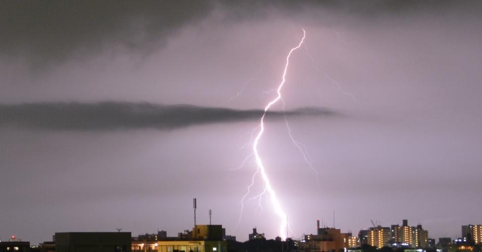 20.jul.2014 - Raios são vistos em Tóquio no dia 20 de julho, pouco antes da tempestade atingir a região de Kanto e subúrbios da capital japonesa