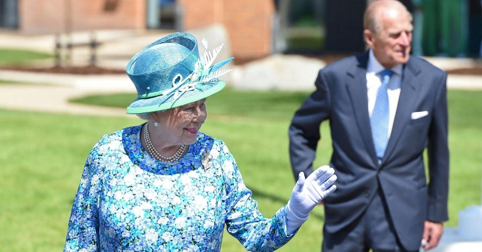 24.jul.2014 - A rainha britânica Elizabeth 2ª visita atletas, em Glasgow, durante o Commonwealth Games 2014, na Escócia, nesta quinta-feira (24)