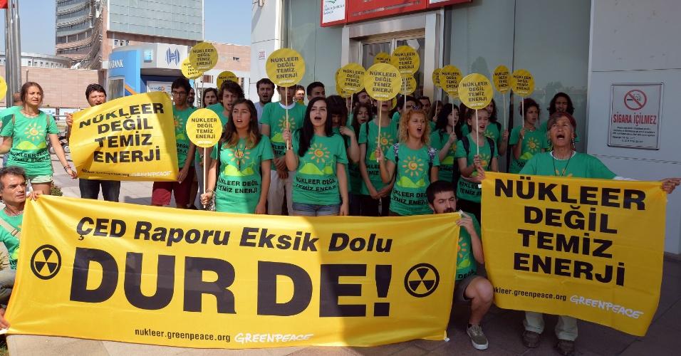 24.jul.2014 - Ativistas do Greenpeace protestam em frente ao Ministério do Meio Ambiente e Urbanismo da Turquia, nesta quinta-feira (24), contra a construção de usinas nucleares no país. Atualmente, duas usinas estão sendo construídas no país