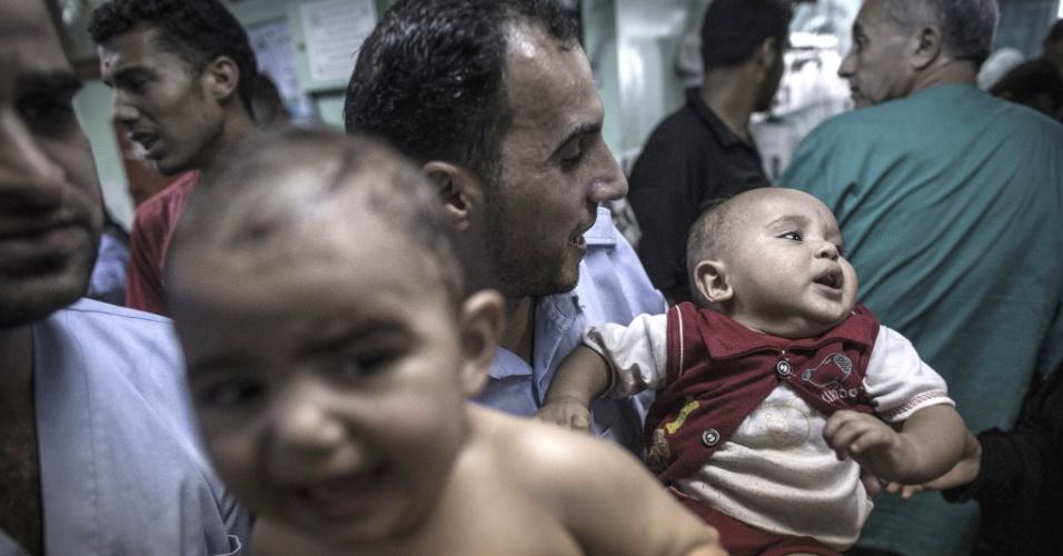 24.jul.2014 - Bebês choram ao serem atendidos após o bombardeio que atingiu uma escola da ONU em Beit Hanoun, no norte da faixa de Gaza, nesta quinta-feira (24). Pelo menos 15 pessoas morreram e outras 200 ficaram feriadas. Israel negou a autoria do ataque