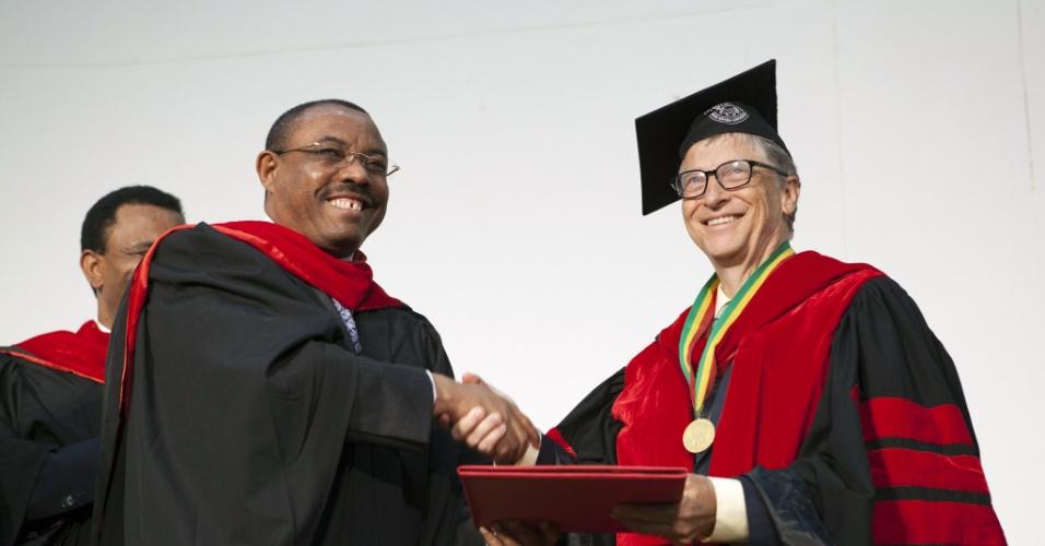 24.jul.2014 - Bill Gates (dir.) recebe diploma de doutorado honorário na universidade de Addis Abeba, na Etiópia. Ele ganhou a homenagem graças ao seu apoio no desenvolvimento do país. O bilionário afirmou que que melhor a saúde e a agricultura é fundamental para que os países africanos superem a pobreza. À esquerda, o primeiro ministro da Etiópia Hailemariam Desalegn