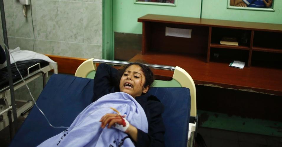 24.jul.2014 - Menina palestina é uma entre as quase 200 de pessoas que ficaram feridas durante ataque israelense a uma escola da ONU em Beit Hanoun, no norte da faixa de Gaza. O ataque, realizado nesta quinta-feira (24), deixou pelo menos 15 mortos e 200 feridos. Nas primeiras duas semanas da ofensiva israelense a Gaza, ao menos 700 pessoas morreram