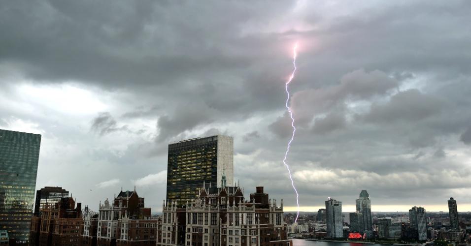 2.jul.2014 - Com o edifício das Nações Unidas e Tudor City ao fundo, um raio é visto aqui sobre a área a leste do rio, durante a chegada de uma grande tempestade a Nova York, no dia 2 de julho
