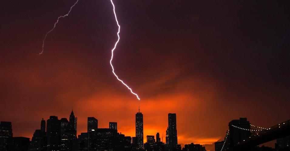 2.jul.2014 - Raios são avistados sobre o edifício One World Trade Center, em Manhattan, durante o pôr do sol em Nova York no dia 2 de julho