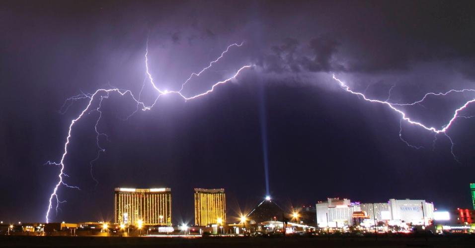 7.jul.2014 - Uma tempestade elétrica é vista sobre o Mandalay Bay Resorts e sobre o hotel e cassino Luxor, em Las Vegas, no estado americano de Nevada, no dia 7 de julho