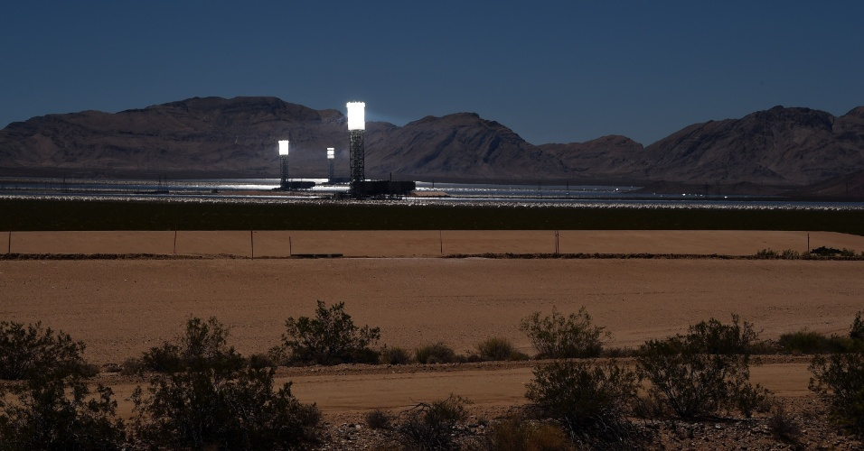 Foto de julho de 2014 mostra torres da usina solar no deserto de Mojave (Califórnia, EUA) em funcionamento, mesmo à noite. Inaugurado em meados de fevereiro, o complexo tem o Google entre parceiros e deve fornecer energia para 140 mil casas no Estado