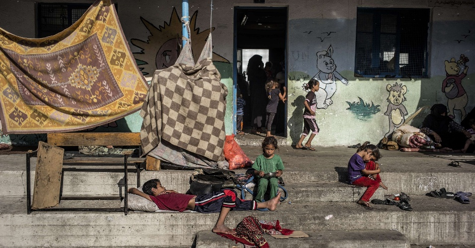 25.jul.2014 - Crianças palestinas se abrigam em escola da ONU em Jabalia, no norte da faixa de Gaza, após fugir com as famílias de suas casas em áreas sob bombardeio israelense pesado no território palestino sitiado. A ONU afirma que não há local seguro do ataque israelense em Gaza, enquanto as fronteiras do território com Egito e Israel continuam fechadas