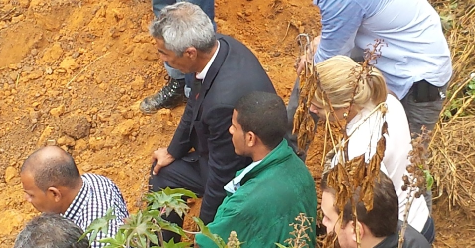 25.jul.2014 - Jorge Rosa Sales (de blusa verde), primo do goleiro Bruno Fernandes, que foi condenado pela morte de Eliza Samudio, acompanha trabalhos de escavação em região do bairro de Santa Clara, em Vespasiano, região metropolitana de Belo Horizonte (MG), onde segundo ele declarou em depoimento está enterrado o corpo de Eliza Samudio. O crime ocorreu em 2010 e o corpo da modelo nunca foi localizado