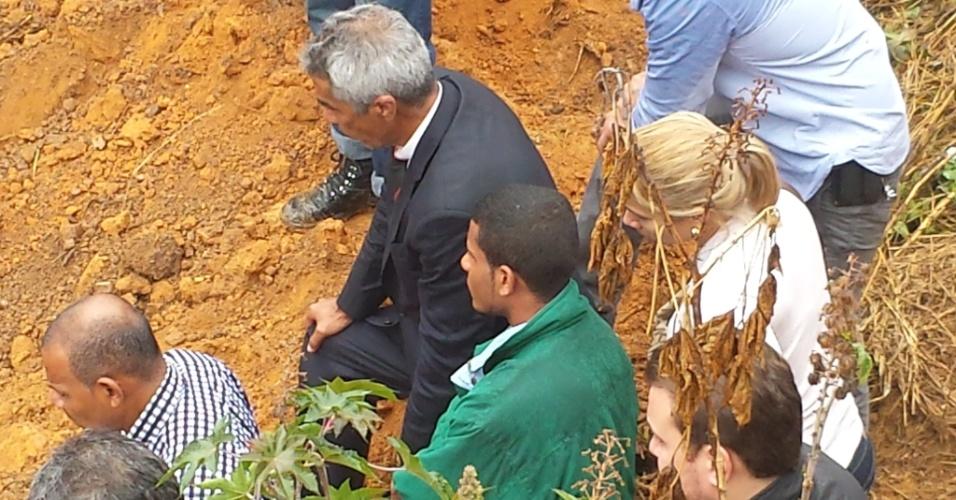 25.jul.2014 - Jorge Rosa Sales (de blusa verde), primo do goleiro Bruno Fernandes, que foi condenado pela morte de Eliza Samudio, acompanha trabalhos de escavação em região do bairro de Santa Clara, em Vespasiano, região metropolitana de Belo Horizonte (MG), onde segundo ele declarou em depoimento está enterrado o corpo de Eliza Samudio. O crime ocorreu em 2010 e o corpo da modelo nunca foi localizado