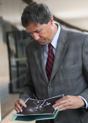 25.jul.2014 - O coordenador da CNV (Comissão Nacional da Verdade), Pedro Dallare,  observa foto do assassinato de Stuart Angel, durante entrevista sobre os depoimentos colhidos durante a semana pela comissão, nesta sexta-feira (25)