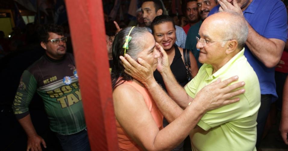 25.jul.2014 - O governador do Amazonas, José Melo (PROS), candidato à reeleição,faz caminhada pelas ruas do bairro Coroado, em Manaus (AM), nesta sexta-feira (25)
