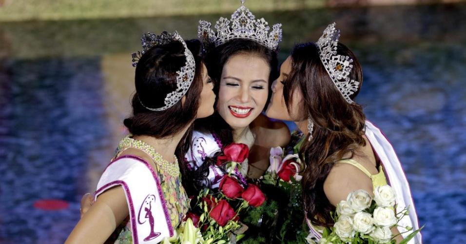 26.jul.2014 - A modelo Sharr Htut Eaindra (centro), eleita miss universo Mianmar de 2014, é beijada pelas modelos Yoon Mhi Mhi Kyaw (à esq.), e Shwe Sin Ko Ko (à dir.), que ficaram na segunda e terceira colocação no concurso