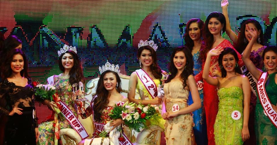 26.jul.2014 - A modelo Sharr Htut Eaindra (centro), eleita miss universo Mianmar de 2014, se reúne com as demais competidoras ao fim do desfile de premiação no Teatro Nacional da cidade de Rangum