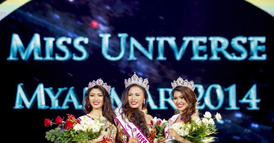 26.jul.2014 - A modelo Sharr Htut Eaindra (centro) foi eleita a miss universo Mianmar de 2014 em desfile no Teatro Nacional da cidade de Yangon. Essa é a segunda vez, desde 1961, que vinte jovens participam desse concurso de beleza no país