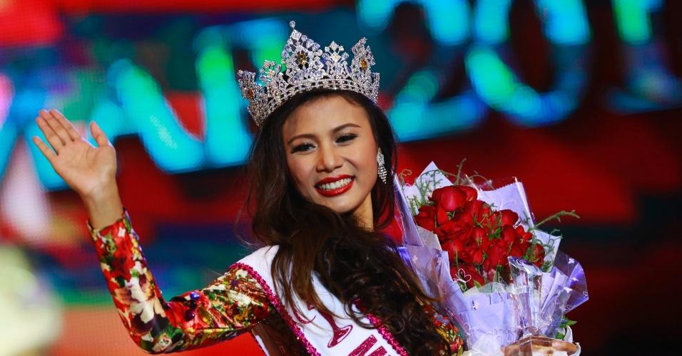 26.jul.2014 - A modelo Sharr Htut Eaindra (centro) foi eleita miss universo Mianmar de 2014 em desfile no Teatro Nacional da cidade de Rangum