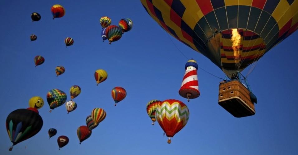 26.jul.2014 - Balões voam no céu da cidade de Readington, em Nova Jérsei, durante festival de balonismo neste sábado (26)