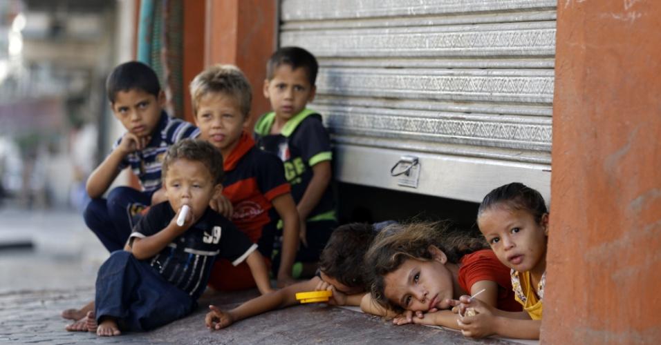 26.jul.2014 - Crianças palestinas se refugiam em uma loja onde suas famílias estão abrigadas na cidade de Gaza. O governo de Israel aprovou uma trégua unilateral de 24 horas durante o domingo (26), cujo prazo termina à meia noite local (18h no horário de Brasília)