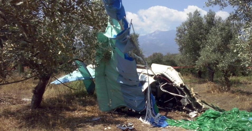 26.jul.2014 - Destroços de hidroplano que se chocou área externa de aeroporto privado após aterrissar na Lacônia, Grécia. As duas pessoas que estavam a bordo morreram no acidente