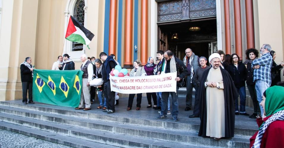 26.jul.2014 - Fiéis e líderes de várias religiões participaram de celebração ecumênica na tarde deste sábado (26), na Catedral Metropolitana de Curitiba, para pedir o fim da ofensiva israelense na Faixa de Gaza