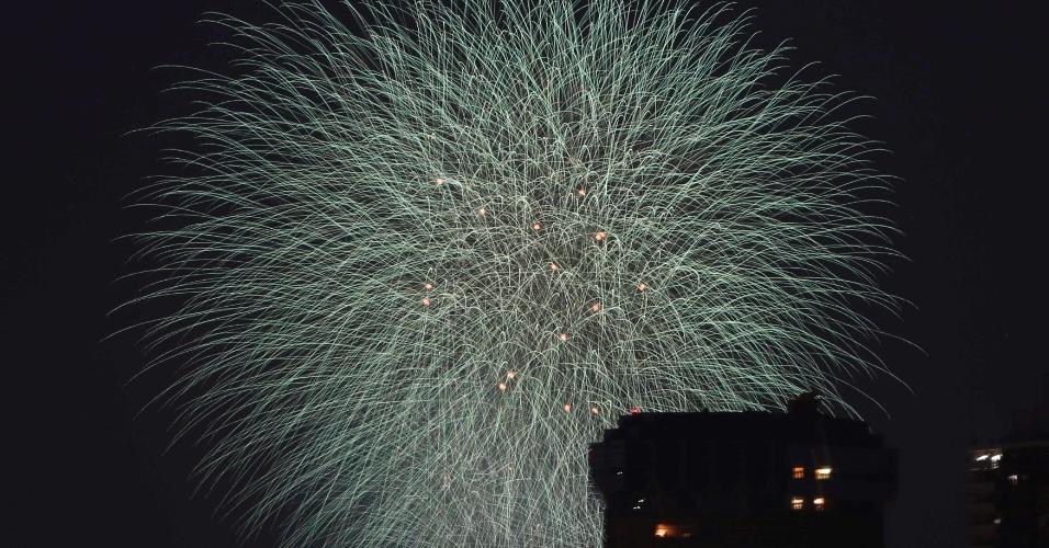 26.jul.2014 - Fogos de artifício explodem durante festival em Tóquio