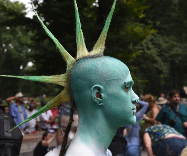 26.jul.2014 - Homem tem corpo pintado por artistas durante evento na Columbus Circe, em Nova York. A cidade é a única dos Estados Unidos que permite que se faça isso em público