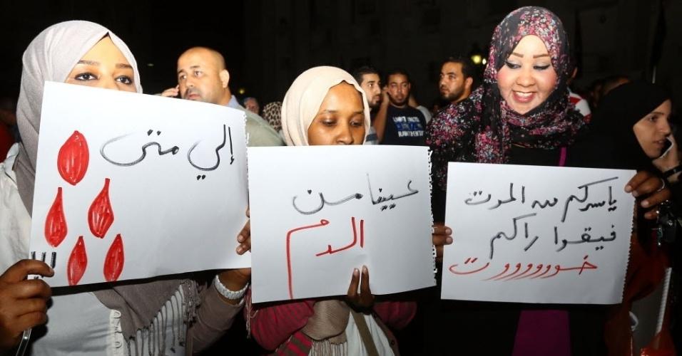 26.jul.2014 - Líbios protestam contra violência em Trípoli provocada por milícias rivais que disputam o controle do aeroporto da cidade, neste sábado (26). O governo dos Estados Unidos evacuou a sua embaixada no país devido aos confrontos