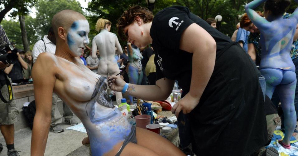 26.jul.2014 - Mais de 25 artistas pintam o corpo de pessoas nuas em evento na Columbus Circe, em Nova York. A cidade é a única dos Estados Unidos que permite que se faça isso em público