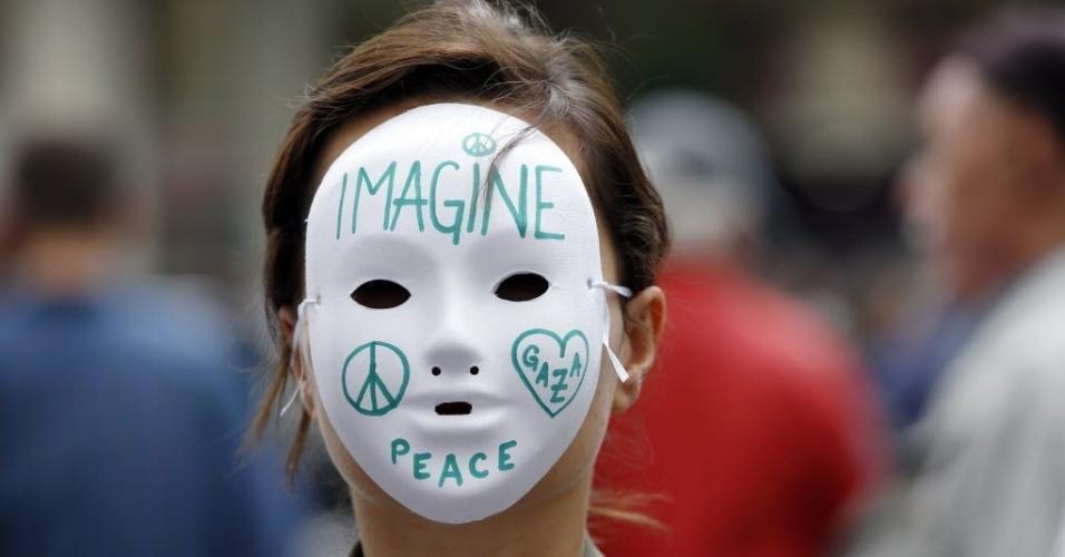 26.jul.2014 - Manifestante pró-Palestina usa máscara branca com mensagens de paz em protesto em Paris, nesta sábado (26). O protesto realizado hoje ignorou proibição do governo francês de novos atos em apoio a palestinos ou israelenses, medida tomada como precaução para evitar possíveis confrontos entre simpatizantes de ambos os lados. O secretário de Estado dos EUA, John Kerry, se reúne na capital francesa com outros diplomatas europeus num esforço para conseguir uma trégua permanente no conflito na faixa de Gaza