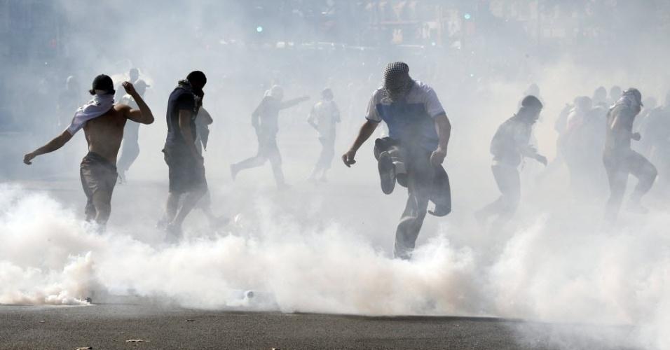26.jul.2014 - Manifestantes pró-Palestina entram em confronto com a polícia em Paris, durante protesto contra ofensiva israelense à faixa de Gaza, que já deixou mais de mil mortos. O protesto ignorou proibição do governo francês de novos atos em apoio a palestinos ou israelenses, medida tomada como precaução para evitar possíveis confrontos entre simpatizantes de ambos os lados