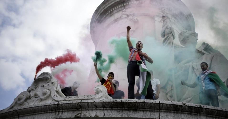 26.jul.2014 - Manifestantes pró-Palestina protestam em Paris contra ofensiva israelense à faixa de Gaza, que já deixou mais de mil mortos. O protesto ignorou proibição do governo francês de novos atos em apoio a palestinos ou israelenses, medida tomada como precaução para evitar possíveis confrontos entre simpatizantes de ambos os lados