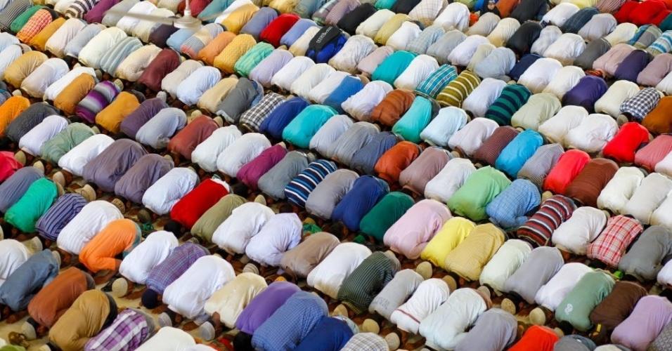 26.jul.2014 - Muçulmanos participam de oração em mesquita de Dacca, capital de Bangladesh. Na próxima terça-feira (29), os islamitas celebram o Eid-Al-Fitr, que marca o fim do mês sagrado do Ramadã, em que são obrigado a jejuar do nascer ao pôr-do-sol