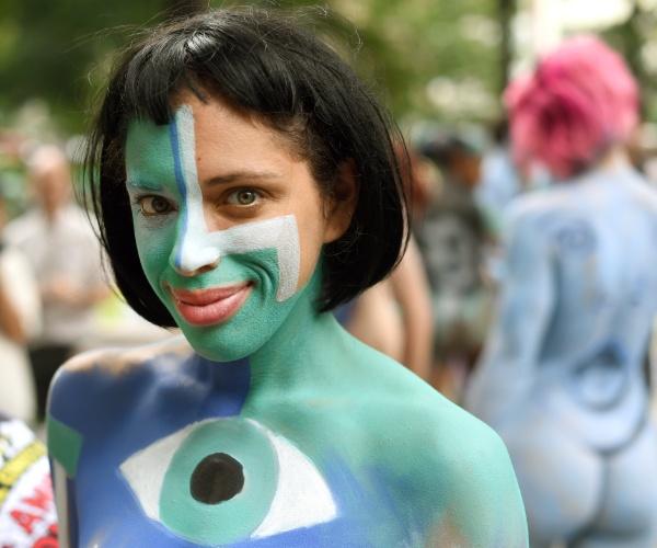 26.jul.2014 - Mulher tem o corpo pintado por artistas na Columbus Circe, em Nova York. A cidade é a única dos Estados Unidos que permite que se faça isso em público