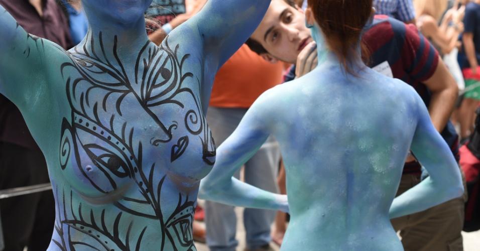 26.jul.2014 - Mulheres têm corpos pintados por artistas que fazem evento de body paiting na Columbus Circe, em Nova York. A cidade é a única dos Estados Unidos que permite que se faça isso em público