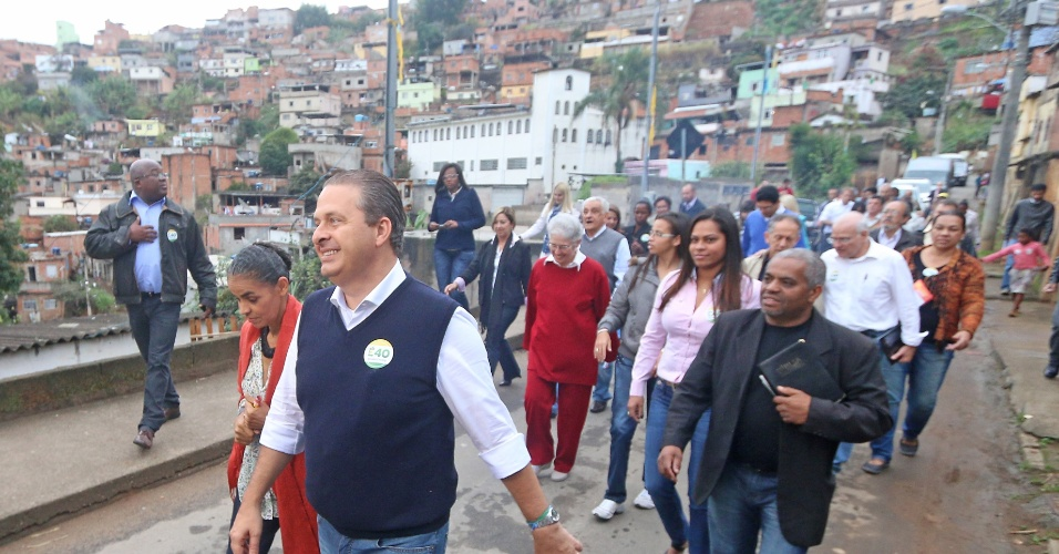 26.jul.2014 - O candidato do PSB à Presidência da República, Eduardo Campos, e sua vice, Marina Silva, fazem caminhada de campanha por bairros de Juiz de Fora (MG)