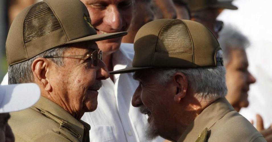 26.jul.2014 - O presidente de Cuba, Raul Castro (esq.), abraça o vice-presidente, Ramiro Valdez, durante a celebração do aniversário do assalto ao Quartel Moncada, em 1953, que marcou o início da derrubada da ditadura de Fulgêncio Batista na ilha e a ascensão de Fidel Castro ao poder