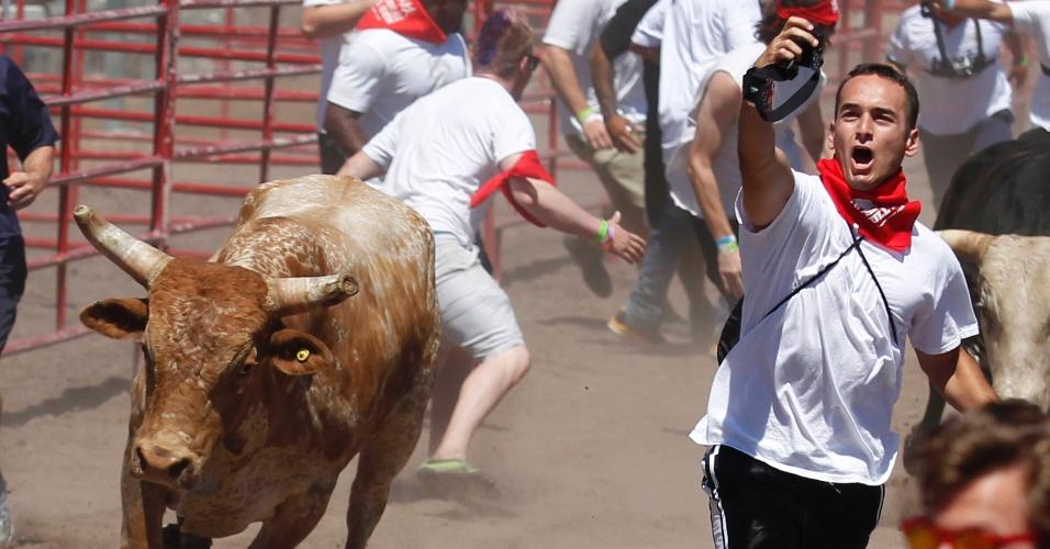 """26.jul.2014 - Participante tenta tirar uma 'selfie' com um touro durante """"A Grande Corrida do Touro"""" em Pleasanton, na Califórnia"""