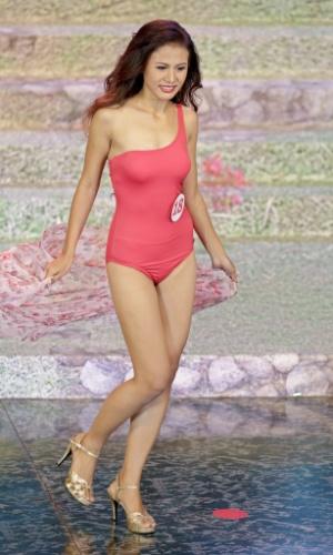 26.jul.2014 - Sharr Htut Eaindra, eleita miss universo Mianmar 2014, desfila de maiô durante o concurso que aconteceu no Teatro Nacional da cidade de Rangum