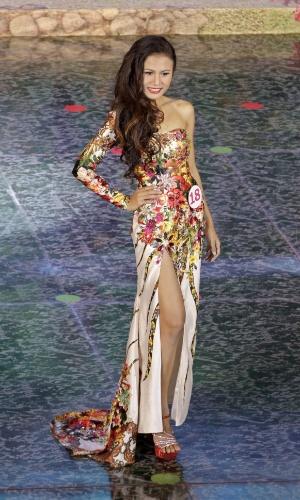 26.jul.2014 - Sharr Htut Eaindra, eleita miss universo Mianmar 2014, desfila durante o concurso que aconteceu no Teatro Nacional da cidade de Rangum