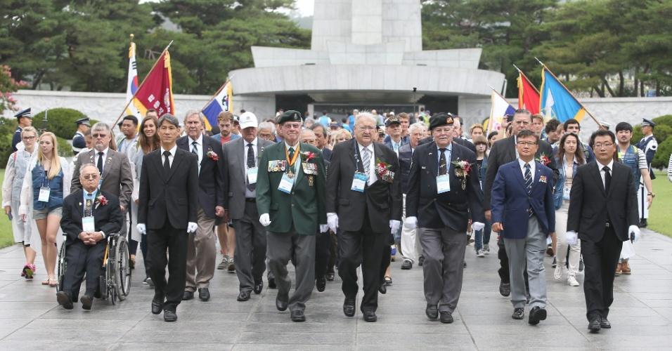 26.jul.2014 - Soldados norte-americanos que lutaram junto com tropas da Coreia do Sul durante a Guerra da Coreia (1950-1953) prestam homenagens Cemitério Nacional de Seul