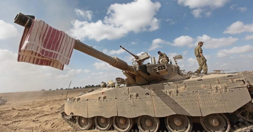26.jul.2014 - Tanque israelense durante cessar-fogo de 12 horas em combates na faixa de Gaza. A trégua humanitária de 12 horas entrou em vigor no sábado depois de Israel e grupos militantes palestinos na faixa de Gaza concordarem com um pedido da ONU (Organização das Nações Unidas) para uma pausa no conflito, que já matou mais de 800 palestinos e ao menos 37 israelenses