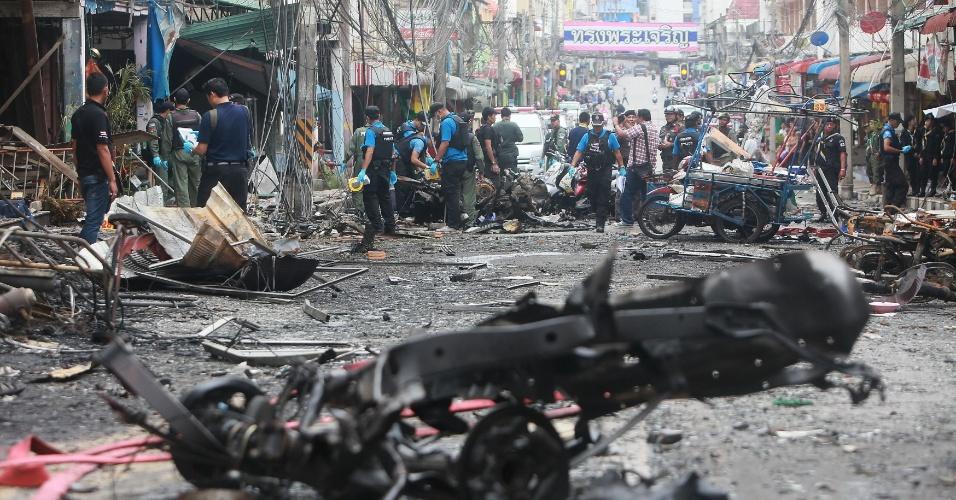 26.jul.2014 - Esquadrão antibomba inspeciona veículos destruídos por explosão de carro-bomba que deixou três mortos e mais de 30 feridos nesta sexta-feira (25) do lado de fora de hotel no distrito de Betong, no sul da Tailândia